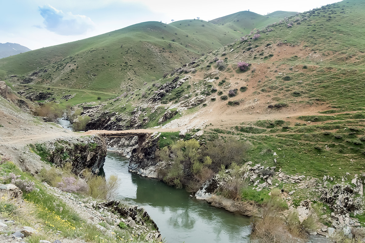Entering Kurdistan equals entering mountains. Not much forest though, but still green mountains with plenty of water. Seeing those bridges carrying trails separating from the main road and leading somewhere into the mountains always makes me wish I had the time to explore them all.