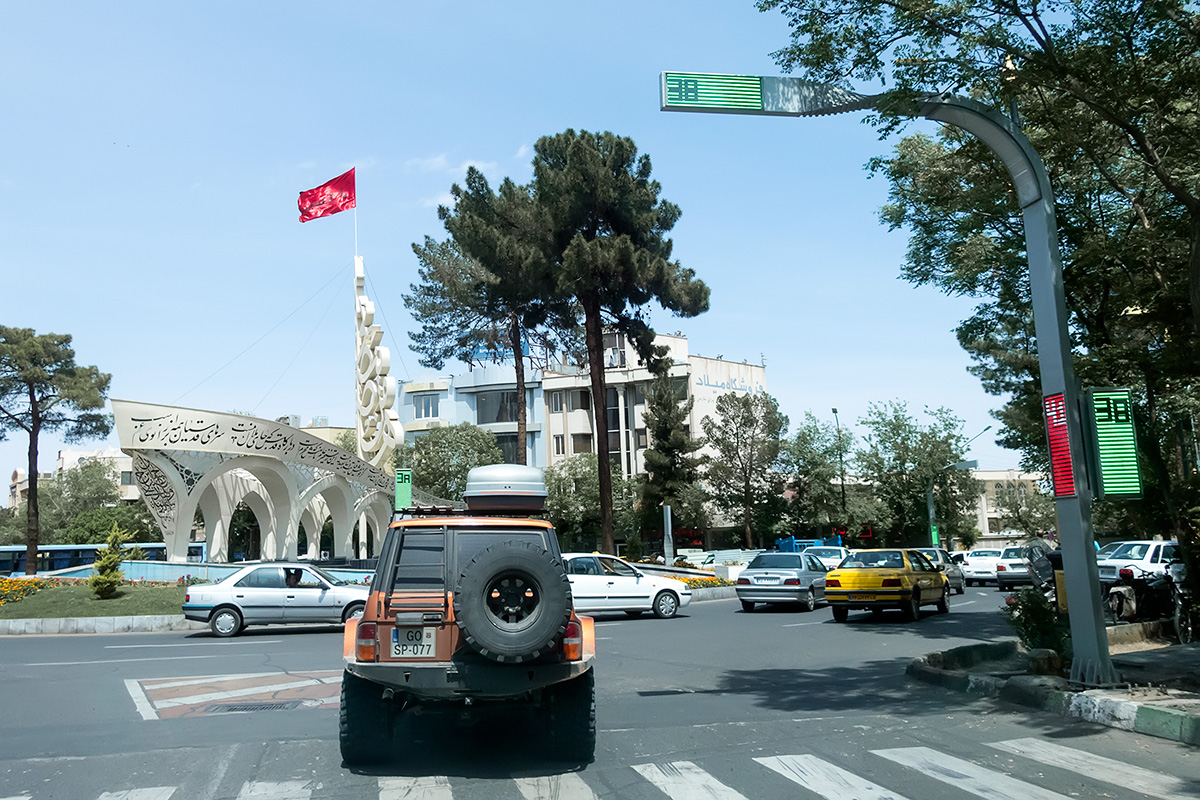 High-tech traffic lights in Kashan. And the intersections of the main roads are mostly decorated.