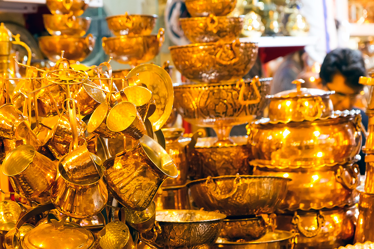Walking through the bazaar, the golden lighting easily makes you feel like in a story from 1001 Arabian Nights.