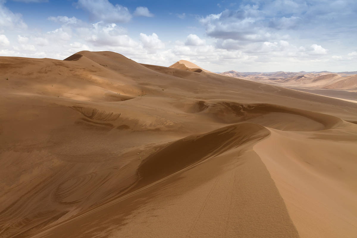 Rig-e Yalan dunes and pits