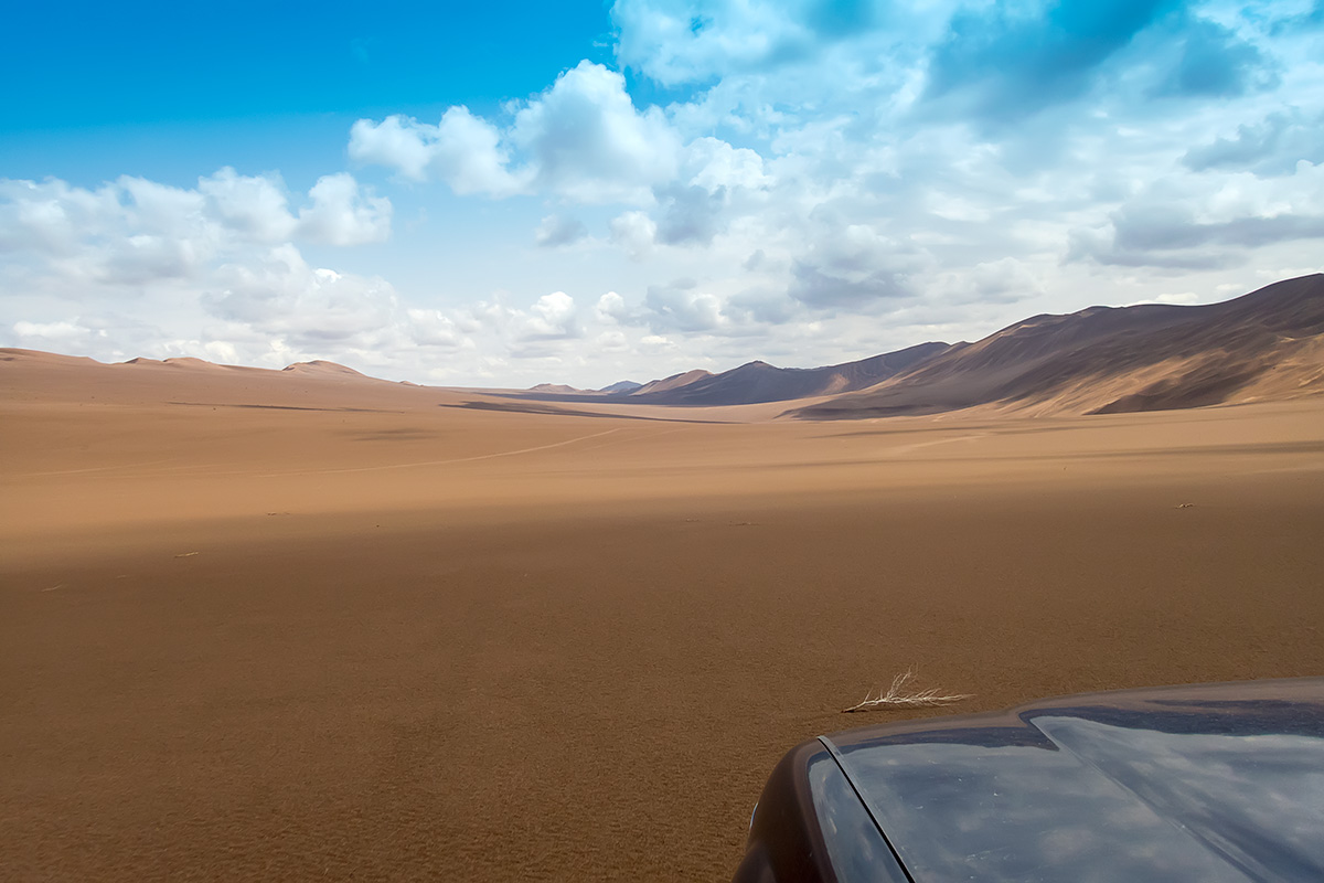 Going further east along the valley between dunes of Rig-e Yalan.