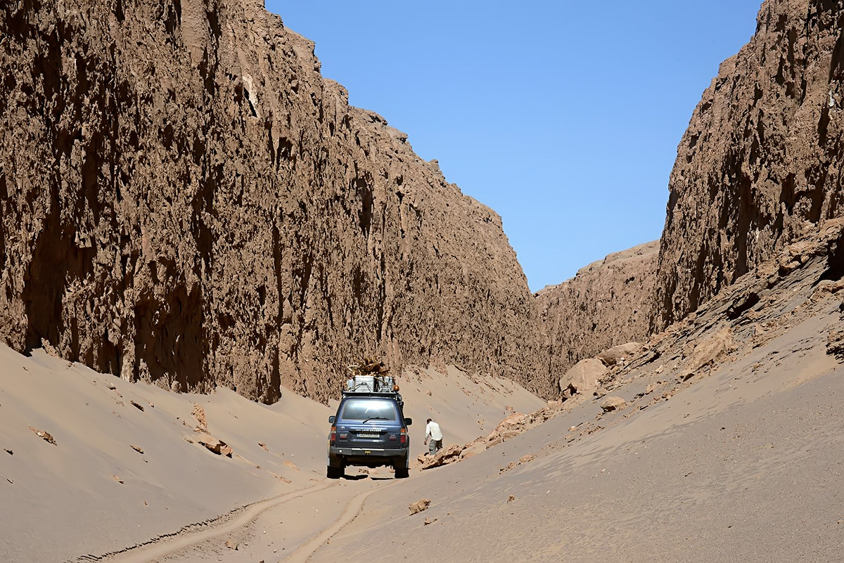 In Zaban-e Mar, Snake Tongue Canyon, trying to clear the path ahead. Photo LoneWolf