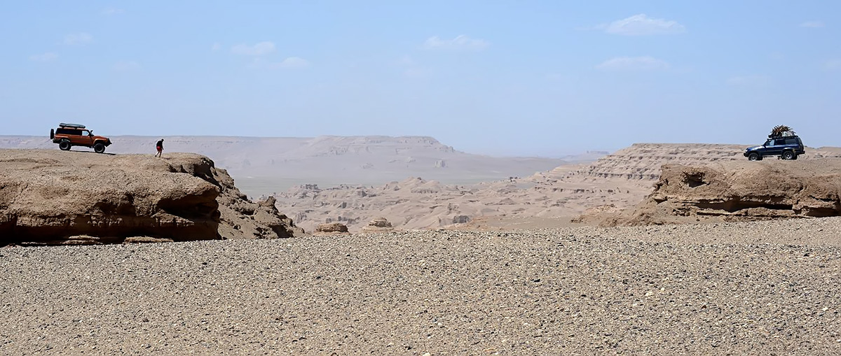 The machines at the edge of the canyon that separates the Kalouts from the central plain of Lut desert. Photo LoneWolf