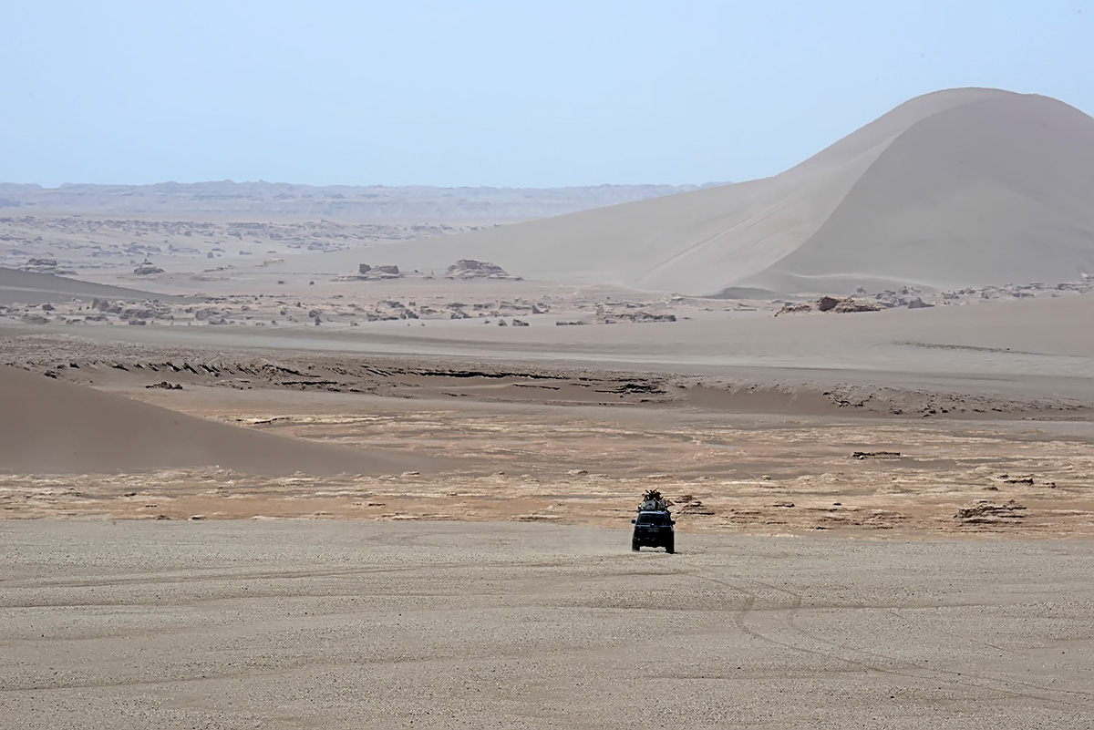 Our Landcruiser with a star-shaped dune in the backdrop. Photo LoneWolf