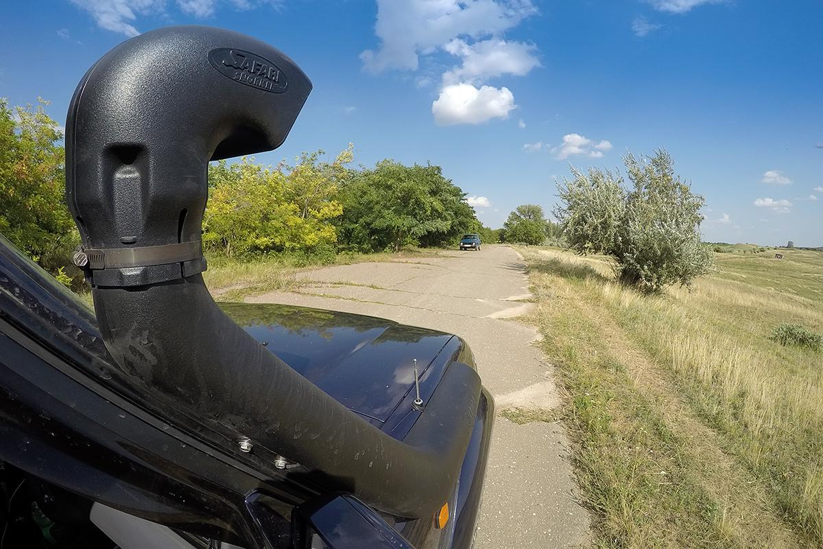 Stara cesta on reki Prut, moldavsko-romunski mejni reki. V modri Ladi Nivi sta nas prestregla mejna policista in povedala, da je navigator slab, da gre prava cesta drugje. Težko je bilo razložiti, da iščemo prav pozabljene poti.
