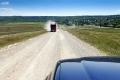 Težki tovornjaki na makadamski cesti
