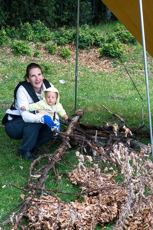 Nabiranje drv za bivak nad vasjo Voineasa