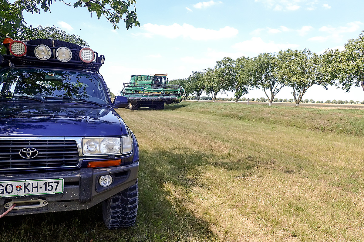 Our rest on the way from Dubasari to Tiraspol. The large harvester passed us.